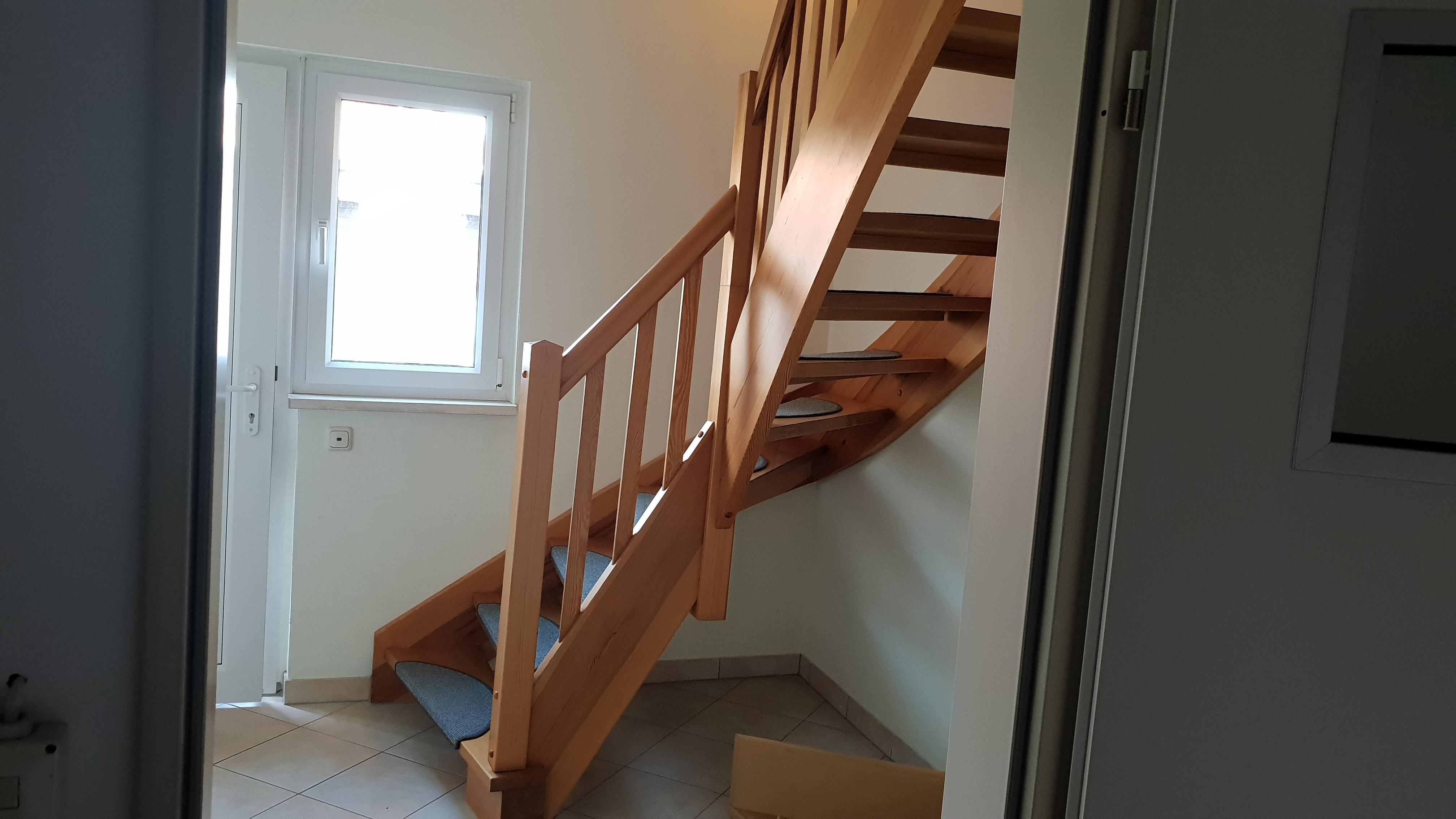 sep. Eingang mit Treppe ins OG